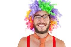 Geeky hipster i afro regnbågeperuk Arkivfoto
