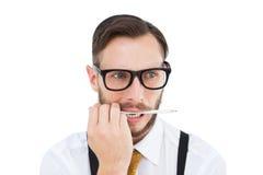 Geeky hipster som biter på blyertspennan Arkivbild