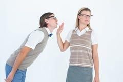 Geeky hipster som gör ett stopptecken till hennes pojkvän Royaltyfri Bild