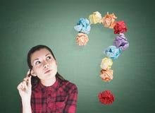 Geeky Mädchen und Fragezeichen, grün Lizenzfreie Stockbilder