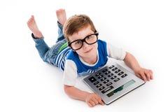 Geeky pojke med stora Claculator. Fotografering för Bildbyråer