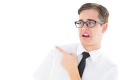 Geeky ung hipster som pekar med avsmak royaltyfri fotografi