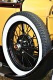 Geel auto en wiel Royalty-vrije Stock Afbeeldingen