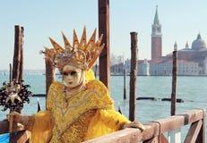 Geel bekroond masker op houten pijler royalty-vrije stock fotografie