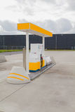 Geel benzinestation Stock Foto's