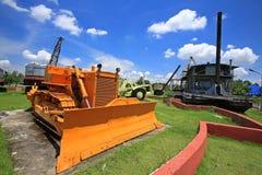 Geel bulldozer of tractormodel met graver royalty-vrije stock afbeelding