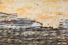 Geel cement en bamboehout Stock Afbeeldingen