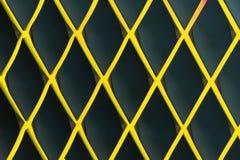 Geel diamantvormig rooster tegen een donkere achtergrond royalty-vrije stock afbeelding