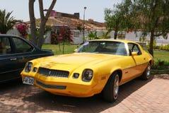 Geel die Chevrolet Camaro in Lima wordt tentoongesteld Royalty-vrije Stock Foto's