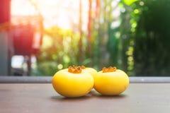 Geel die fruit op een houten lijst wordt geplaatst royalty-vrije stock fotografie