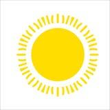 Geel die zonpictogram op witte achtergrond wordt geïsoleerd Vlak zonlicht, teken Vector de zomersymbool voor websiteontwerp, Web royalty-vrije stock foto