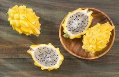 Geel draakfruit of draakfruit op houten achtergrond - Selenicereus-megalanthus Royalty-vrije Stock Foto