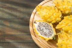 Geel draakfruit of draakfruit op houten achtergrond - Selenicereus-megalanthus Stock Fotografie