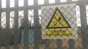 Geel elektrisch omheiningsteken het UK Stock Fotografie