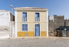 Geel en blauw woningbouwzout Rei royalty-vrije stock foto's