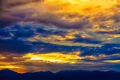 Geel en gouden met donkere kleur kleurrijk van hemel stock fotografie