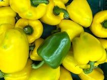 Geel en groene paprika in supermarkt Stock Fotografie