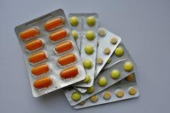 Geel en oranje pillen - Stock Foto
