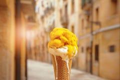 Geel en wit roomijs op achtergrond van Spaanse stad van Tarragona Royalty-vrije Stock Afbeelding