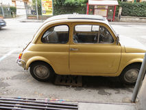 Geel Fiat 500 auto in Bologna Stock Afbeelding