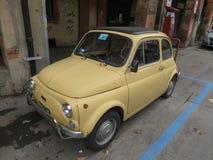 Geel Fiat 500 auto in Bologna Royalty-vrije Stock Afbeeldingen