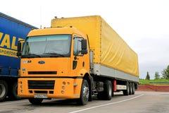 Geel Ford Cargo 1830 Semi Vrachtwagen Stock Afbeeldingen