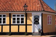 Geel helft-betimmerd huis in Roenne op Bornholms Royalty-vrije Stock Afbeeldingen