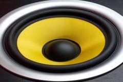 Geel het close-updeel van de sprekersluidspreker van een muzikale kolom Stock Foto's