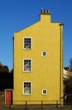 Geel huis stock foto's
