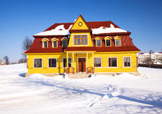 Geel huis (de winter) Stock Afbeelding