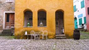 Geel huis in kleine stad van Oprtalj stock videobeelden