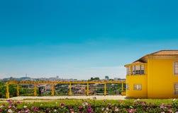Geel huis met een mening Royalty-vrije Stock Afbeeldingen