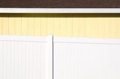 Geel Huis met Witte Omheining Stock Afbeelding