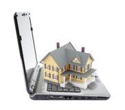 Geel huis op laptop Stock Fotografie