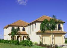 Geel huis in twee delen royalty-vrije stock foto