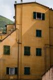 Geel Italiaans oud huis Royalty-vrije Stock Afbeeldingen