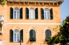Geel Italiaans oud huis Stock Afbeelding