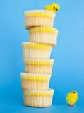 Geel kuiken en een cupcaketoren. Stock Foto's