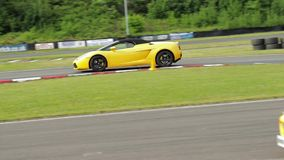 Geel Lamborghini op rasspoor stock video