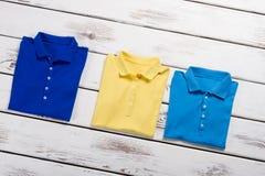 Geel, marine en blauwe t-shirts Royalty-vrije Stock Afbeeldingen