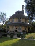 Geel met stro bedekt plattelandshuisje stock afbeelding