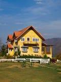 Geel mooi huis en blauwe hemel in pai, mae de zoon van Hong, Thailand Royalty-vrije Stock Foto