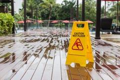 Geel nat vloerwaarschuwingsbord op de vloer in hotel royalty-vrije stock afbeeldingen