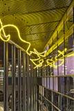 Geel Neon: Stedelijke Architectuur Royalty-vrije Stock Afbeeldingen