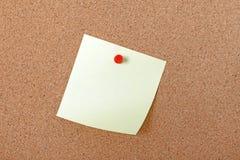 Geel notadocument in bijlage met rode speld. Royalty-vrije Stock Foto's