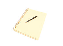 Geel notitieboekje en zwarte pen Stock Foto