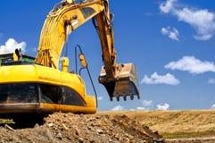 Geel, op zwaar werk berekend graafwerktuig bewegend grond en zand Stock Foto