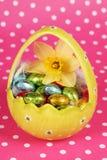 Geel paasei met chocolade Royalty-vrije Stock Foto's
