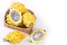 Geel pitahaya of draakfruit op witte achtergrond - Selenicereus-megalanthus Royalty-vrije Stock Afbeeldingen
