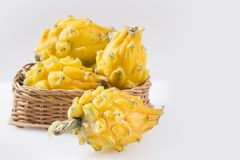 Geel pitahaya of draakfruit op witte achtergrond - Selenicereus-megalanthus Royalty-vrije Stock Foto